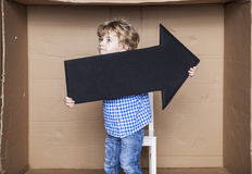 年轻商人在他的手上的拿着一个箭头 免版税库存图片