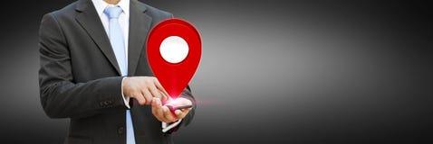 商人在他的手上的拿着数字式地图 库存照片