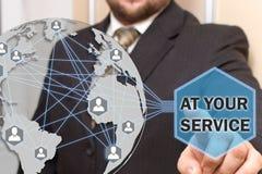 商人在Yoyr Servise点击按钮在有世界地图的一个触摸屏 免版税库存照片