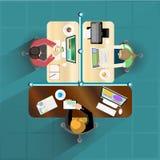 商人坐与工作面积的桌 向量例证