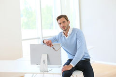 商人坐书桌 免版税图库摄影