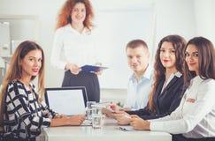 商人坐和谈论在业务会议上,在办公室 企业例证JPG人向量 免版税库存照片