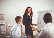 商人坐和谈论在业务会议上,在办公室 企业例证JPG人向量 库存照片