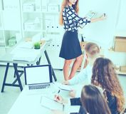 商人坐和谈论在业务会议上,在办公室 企业例证JPG人向量 免版税图库摄影