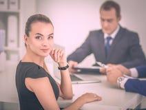 商人坐和谈论在业务会议上,在办公室 免版税库存图片