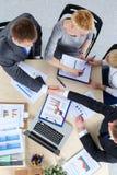 商人坐和谈论在业务会议上 企业例证JPG人向量 库存照片