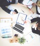 商人坐和谈论在业务会议上 企业例证JPG人向量 免版税库存图片