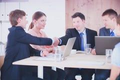 商人坐和谈论在业务会议上 库存图片