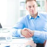 商人坐和谈论在会议上,在办公室 图库摄影
