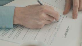 商人填装的合作协议的手 股票视频