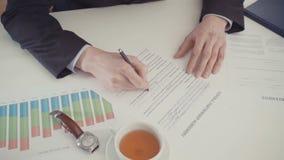 商人填装的合作协议的手 影视素材