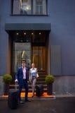 商人夫妇输入的旅馆 库存图片