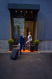 商人夫妇输入的旅馆 免版税图库摄影
