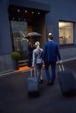 商人夫妇输入的旅馆 图库摄影