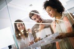 商人好配合在办公室 配合成功的见面的工作场所概念 免版税图库摄影