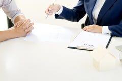 商人妇女协议为合同签字 免版税图库摄影