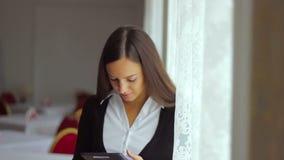 商人它在a运作的职业妇女 股票视频