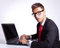 商人安装在计算机 免版税库存图片