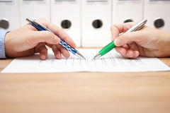 商人审查在桌上的文件 免版税库存图片
