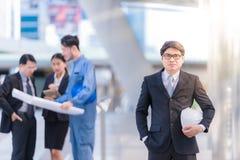 商人小组和队管理咨询与建筑工程师architec与安全帽子一起使用 免版税库存图片