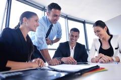 商人小组在一次会议在办公室 免版税库存照片