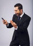 商人尖叫在兴奋,当读SMS时 库存图片