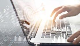 商人工作和目标计划战略在网络网络连接投资的有在膝上型计算机背景的数字式象 免版税图库摄影