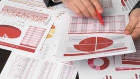 商人工作和计算财务 企业财务会计概念 特写镜头手 扩大化的玻璃使用 股票视频