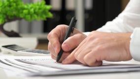商人工作和计算财务 企业财务会计概念 特写镜头手 股票录像