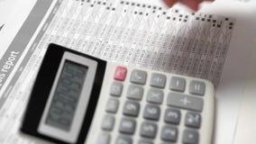 商人工作和计算财务 企业财务会计概念 特写镜头手 影视素材
