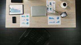 商人工作场所顶视图,未来上司的空置位置,聘用 股票视频