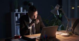 商人工作夜间在办公室 股票视频