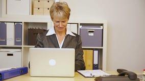 商人帮助的妇女在办公室 股票录像