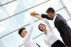 商人庆祝成功的项目 小组工作 免版税库存图片