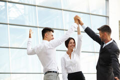 商人庆祝成功的项目 小组工作 免版税库存照片