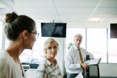 商人开一次非正式会议在现代办公室 库存照片