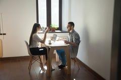 商人开会议和谈论工作在办公室 库存图片