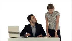 商人开会议在与膝上型计算机的表附近在被隔绝的白色背景的膝上型计算机 免版税图库摄影