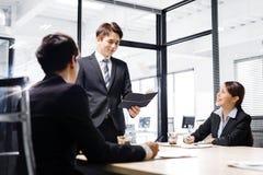 商人开会议在办公室 免版税库存照片