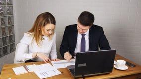 商人开会议在表附近在现代办公室 股票视频