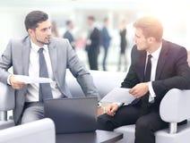 商人开会议在表附近在现代办公室 免版税库存照片