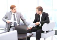 商人开会议在表附近在现代办公室 库存照片