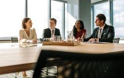商人开会议在证券交易经纪人行情室 免版税库存图片