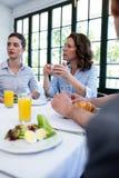 商人开会议在餐馆 免版税库存图片