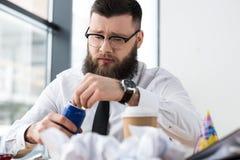 商人开头在工作场所的苏打饮料画象  免版税库存照片