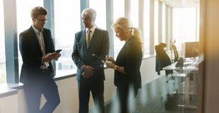 商人开非正式会议在现代办公室 库存照片