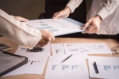 商人归档了与队的一个文件成功的未来 免版税库存照片