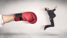 商人得到射击由一只巨大的拳击手 免版税图库摄影