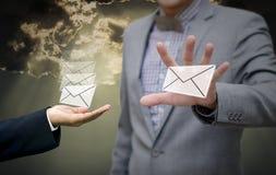 商人得到电子邮件手中 免版税图库摄影