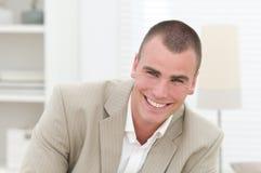 商人微笑的年轻人 免版税库存图片
